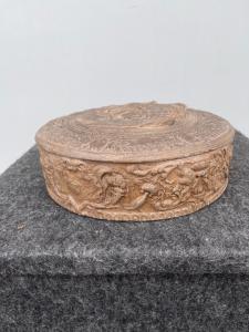 Boîte en terre cuite avec scène mythologique et trophées.Signa, Toscane.