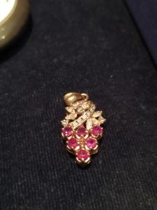 Pendentif en or jaune 18 kt représentant une grappe de raisin avec diamants et rubis
