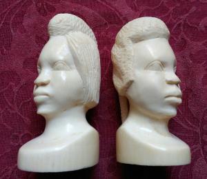 Paire de têtes d'ivoire africaines des années 30