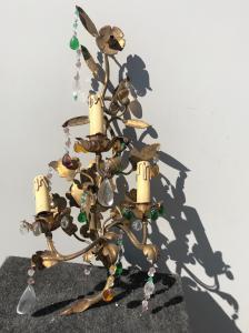 Applique à trois brûleurs en métal doré à décor floral et détails en cristal.