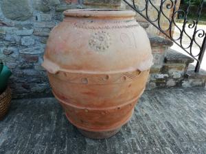Pot en terre cuite particulier avec 4 rosaces et motifs sur tout le périmètre, daté de 1821