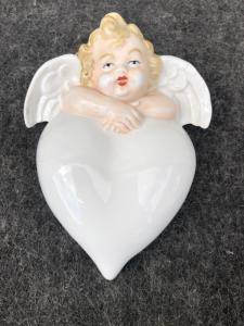 Bénitier en porcelaine en forme de coeur avec un chérubin. Allemagne.
