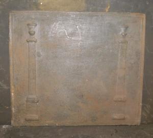 p025 - plaque en fonte à deux colonnes, taille cm 58 xh 50