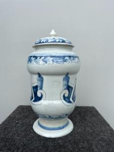 Paire de pots d'apothicaire avec couvercles en monochrome bleu.Colle Ameno.Bologna.