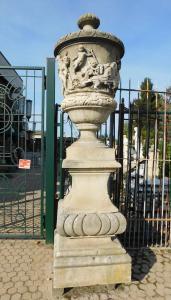 dars028 n. 2 vases monumentaux en pierre sculptée base 70 x hauteur 300 cm ep 800