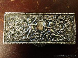Argent antique boîte en relief