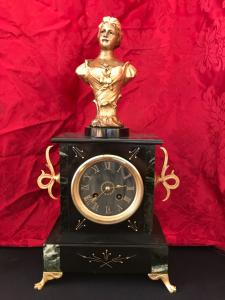 Pendule avec sculpture signée Mestais