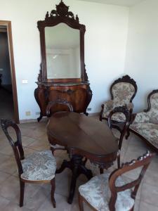 Splendide salon en acajou 2 fauteuils 6 chaises 1 petite table 1 console avec miroir 1 canapé chef d'oeuvre d'époque Louis Philippe 1800 du palais génois conditions de garantie