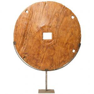 Roue en bois archaïque