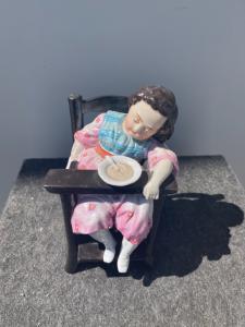 Boîte à tabac représentant une petite fille endormie sur la chaise haute. France.