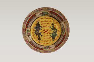 Assiette ancienne en porcelaine de Chine richement décorée de dragons