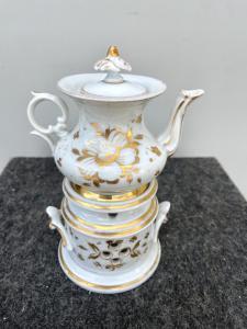 Veilleuse-tisaniera en porcelaine décorée de motifs floraux stylisés en or Italie.