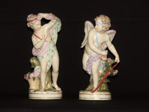 Paire d'amours en porcelaine