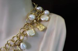 Chaîne Chanel avec pendentifs médaille de perles blanches