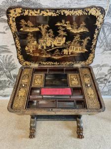 Un piccolo capolavoro,  tavolino francese da cucito laccato e dorato a chinoiserie, epoca Naoleone III.