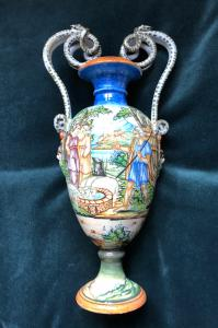 Vase en majolique à décor historié, fabrication Molaroni, Pesaro.