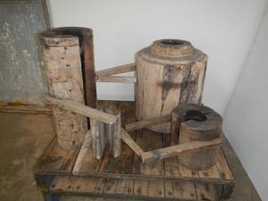 Moules en bois de poirier pour soufflage de verre des années 80.