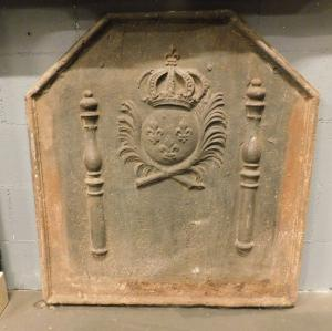 p028 - plaque en fonte avec armoiries et colonnes, taille cm 84 xh 90