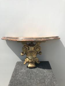 Étagère en bois sculpté et doré avec plateau laqué marbré.