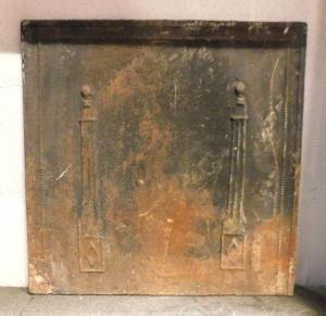 p02 - petite plaque en fonte à deux colonnes, mesure cm l 49 xh 49