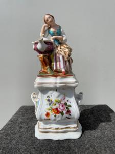 Veilleuse en porcelaine figurée à décor floral France.