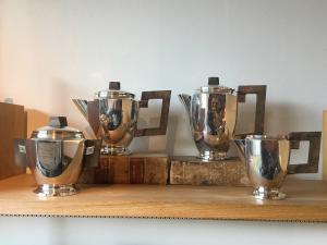 Service à thé et café dans une assiette en silvar