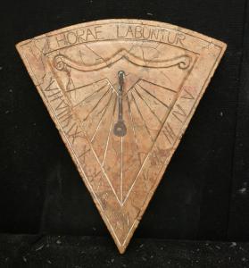 Particolare Meridiana con citazione latina Horae Labuntur - Le ore scorrono - 51 x 47 cm - Marmo Rosso Asiago - fine 19° secolo