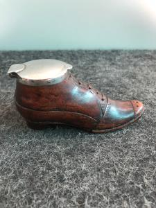 Tabatière en bois en forme de chaussure avec couvercle en argent.