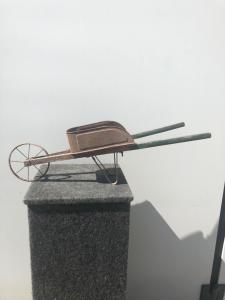 Brouette modèle jouet en bois et métal.