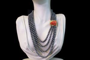 Collier avec perles grises et fermeté de corail rouge