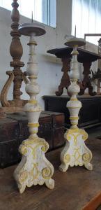Deux candélabres toscans Louis XIV en bois polychrome