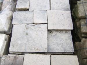 Antico lastricato in pietra bianca