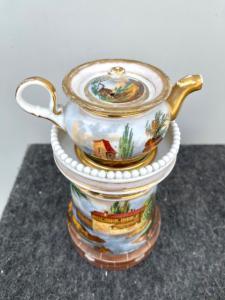 Veilleuse-tisaniera en porcelaine décorée d'architecture, de paysages et de scène de chasse.