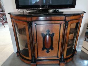 Buffet à trois portes en bruyère tuja et bois noirci.