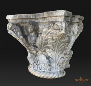 Grand chapiteau ancien en marbre