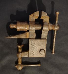 Bel étau de banc en fer forgé du 19ème siècle