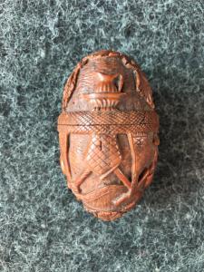 Boîte en forme d'oeuf en graine de curozo avec scènes religieuses gravées. France