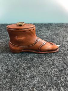 Boîte à tabac en bois en forme de pied avec sandale à ongles ivoire.