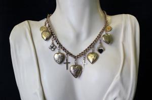 Collier avec pendentifs et coeurs