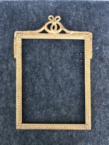Cadre en bois sculpté et doré à motifs géométriques et nœud supérieur d'époque Napoléon III.