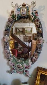 Grand miroir en porcelaine