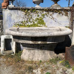 Antica fontana a muro