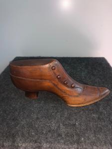 Modèle de chaussure en bois de noyer.Italie