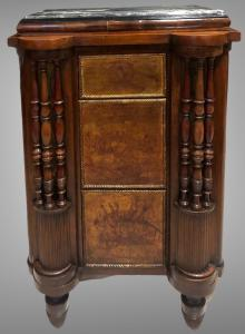 Armoire en noyer à trois tiroirs à décor napoléonien