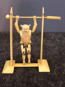 sculpture représentant un gymnaste en ivoire articulé, Chine.