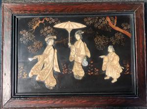 Panneau laqué avec cadre en bois avec personnages en ivoire et nacre.