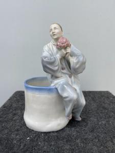 Vase avec la figure de Pierrot en porcelaine polychrome.Allemagne.