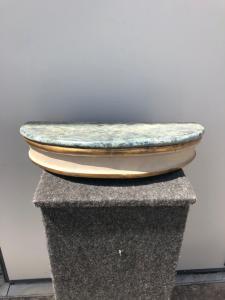 Paire d'étagères en bois laqué avec faux plateau en marbre d'époque D'eco.