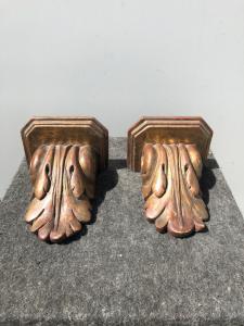 Paire d'étagères en bois laqué et doré à décor de feuilles stylisées.