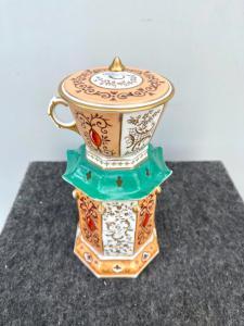 Veilleuse-tisaniera en porcelaine de forme octogonale avec pagode d'aspect oriental avec motifs rocaille et or.